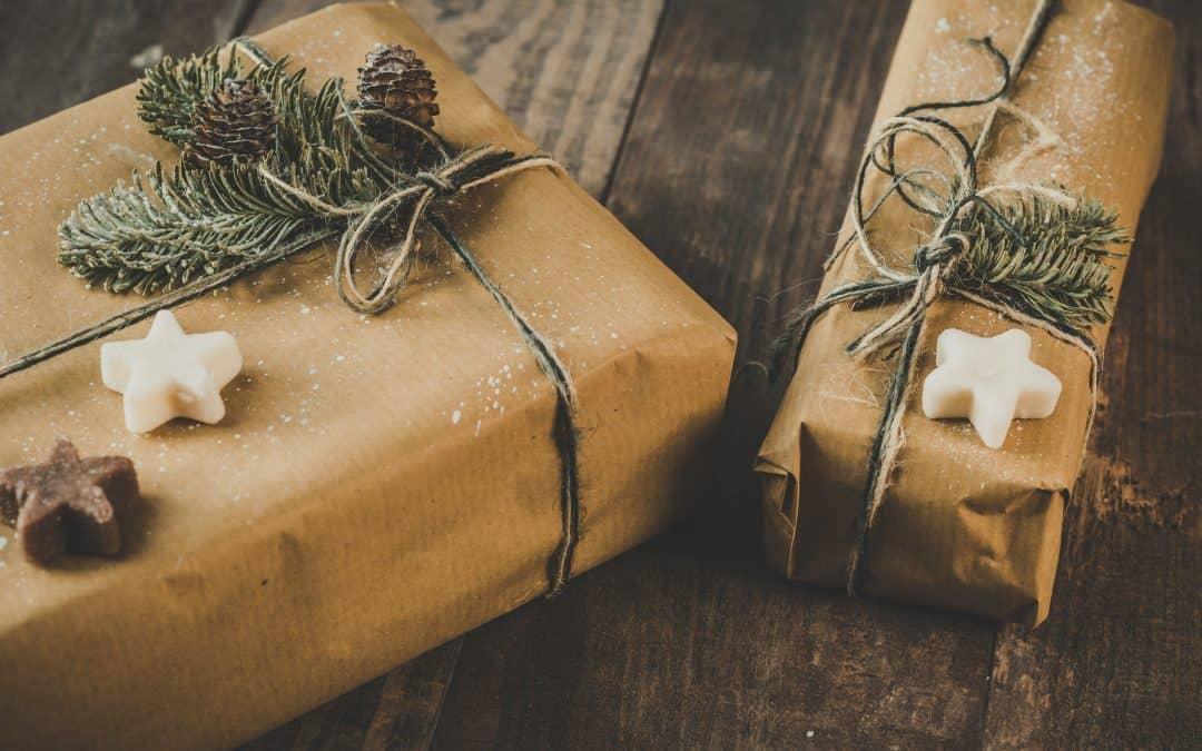 Ekopaperiin perinteisesti käärittyjä joulupaketteja pinossa